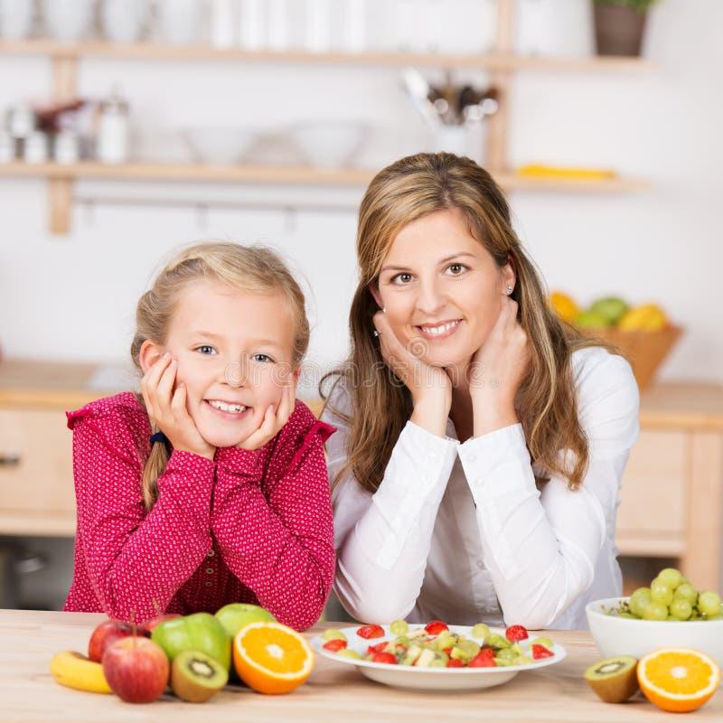 Glückliches gesundes junges Mädchen mit ihrer Mutter stockfoto