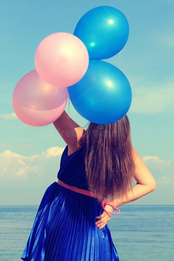 Glückliches glamor Mädchen mit Ballonen lizenzfreies stockfoto