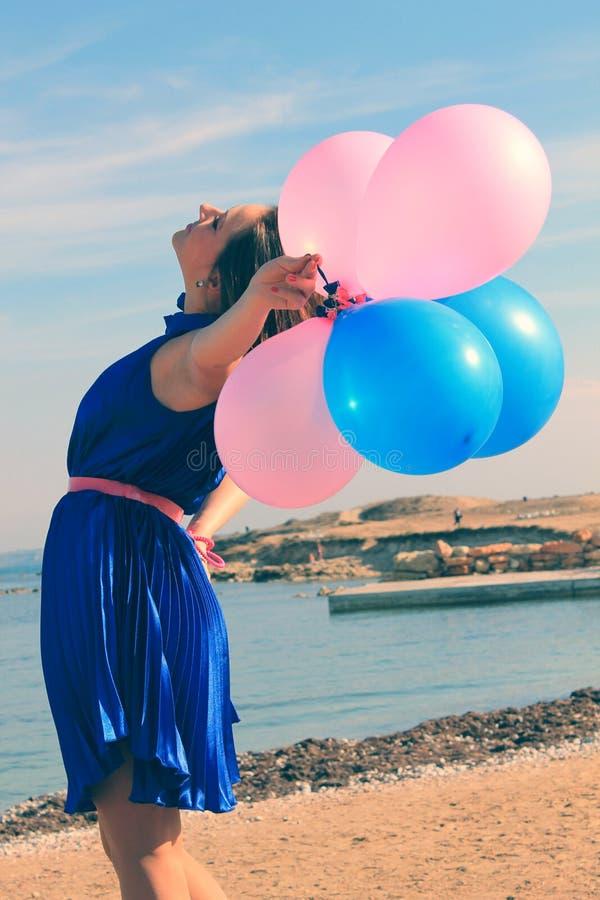Glückliches glamor Mädchen mit Ballonen stockbilder