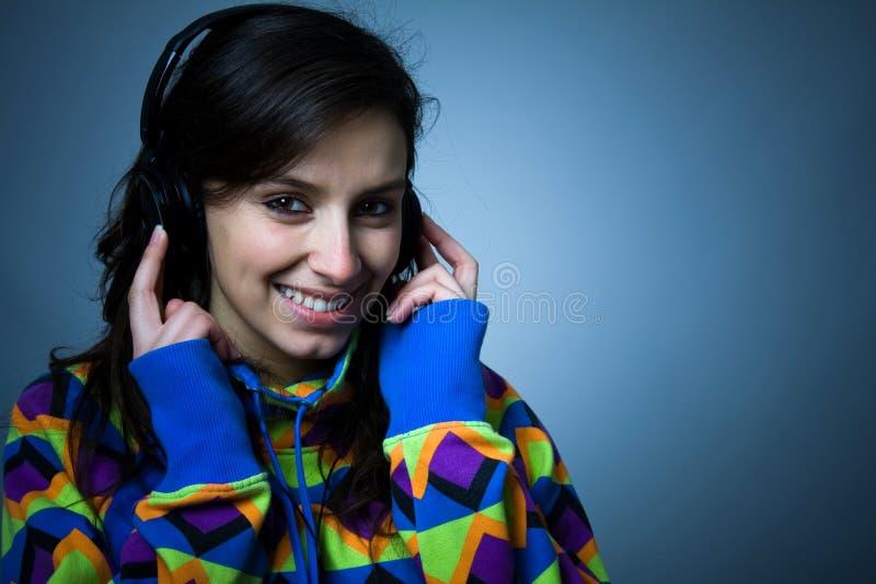 Glückliches hörendes Mädchen eine Musik stockbilder