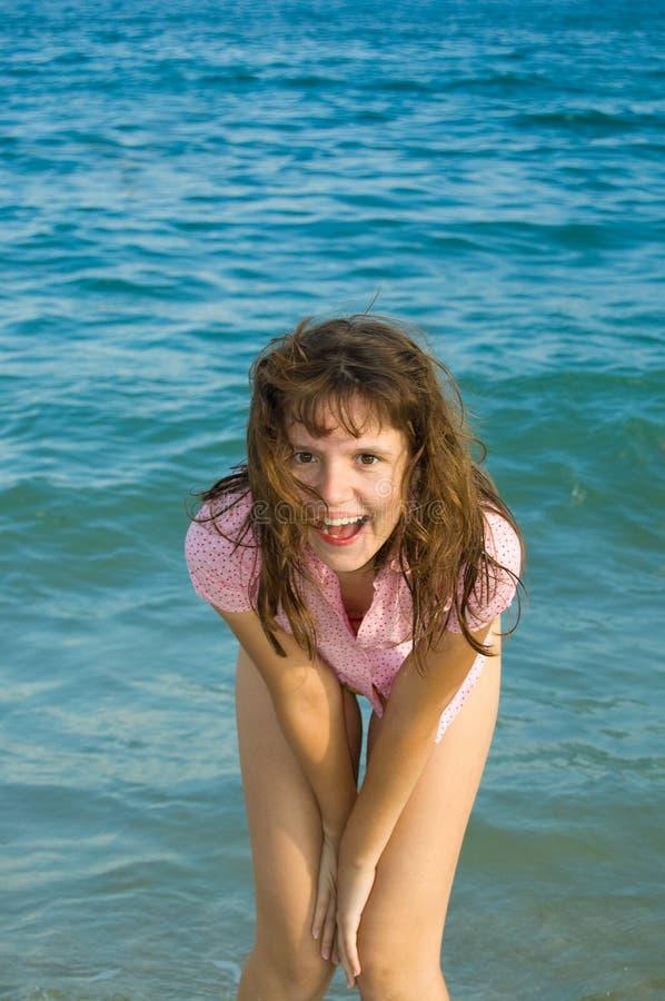 Glückliches hübsches Mädchen lizenzfreie stockfotos