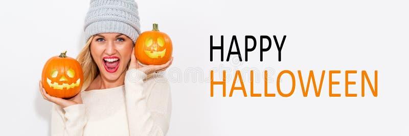 Glückliches Halloween mit der Frau, die Kürbise hält lizenzfreies stockfoto