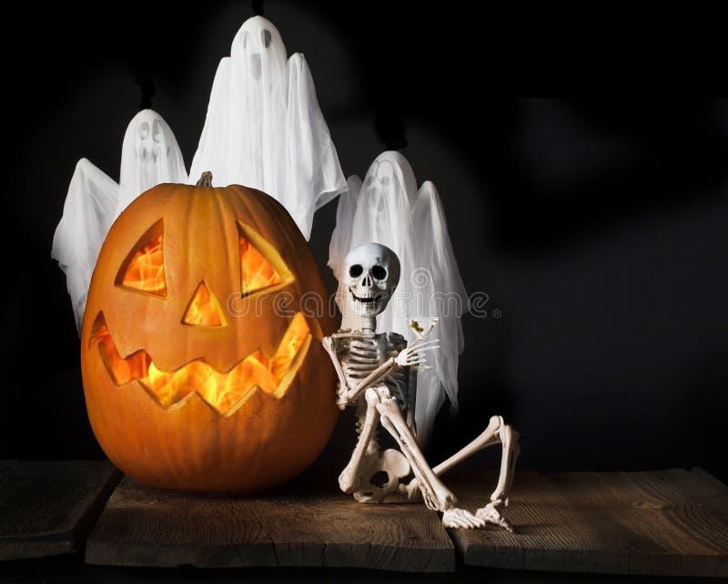 Glückliches Halloween-Skelett und -geister lizenzfreies stockbild