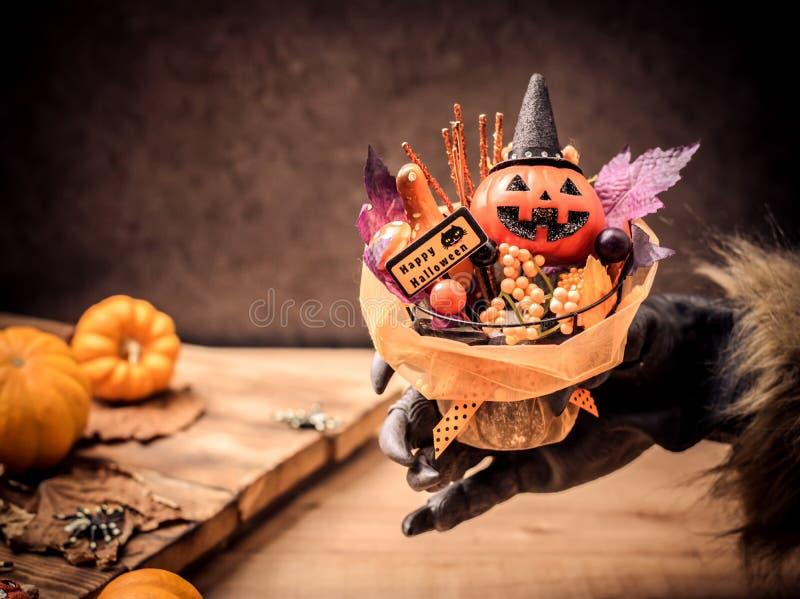 Glückliches Halloween Werwolf oder Zombie übergibt die Herstellung des furchtsamen Kürbisgeschenks lizenzfreie stockfotos