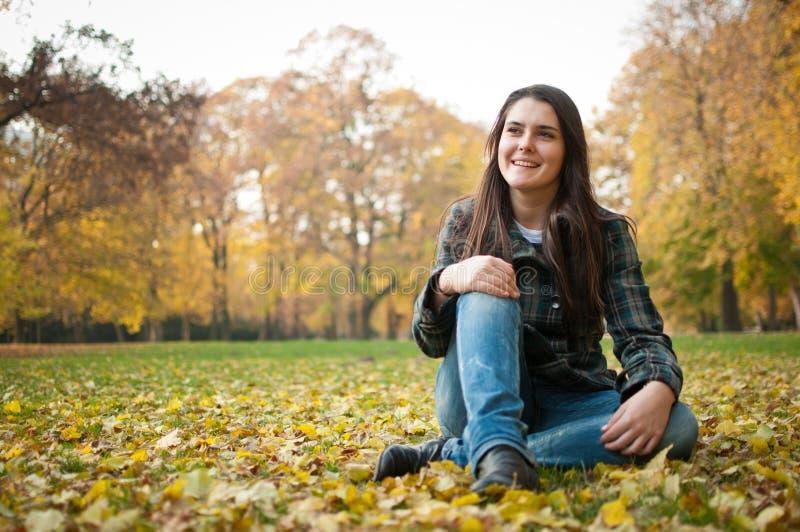 Glückliches Herbstlebensstilportrait lizenzfreies stockfoto