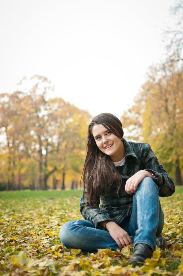 Glückliches Herbstlebensstilportrait lizenzfreie stockfotografie