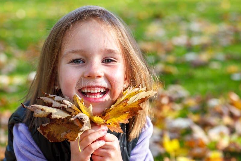 Glückliches Herbstvorschule- Mädchen stockbild