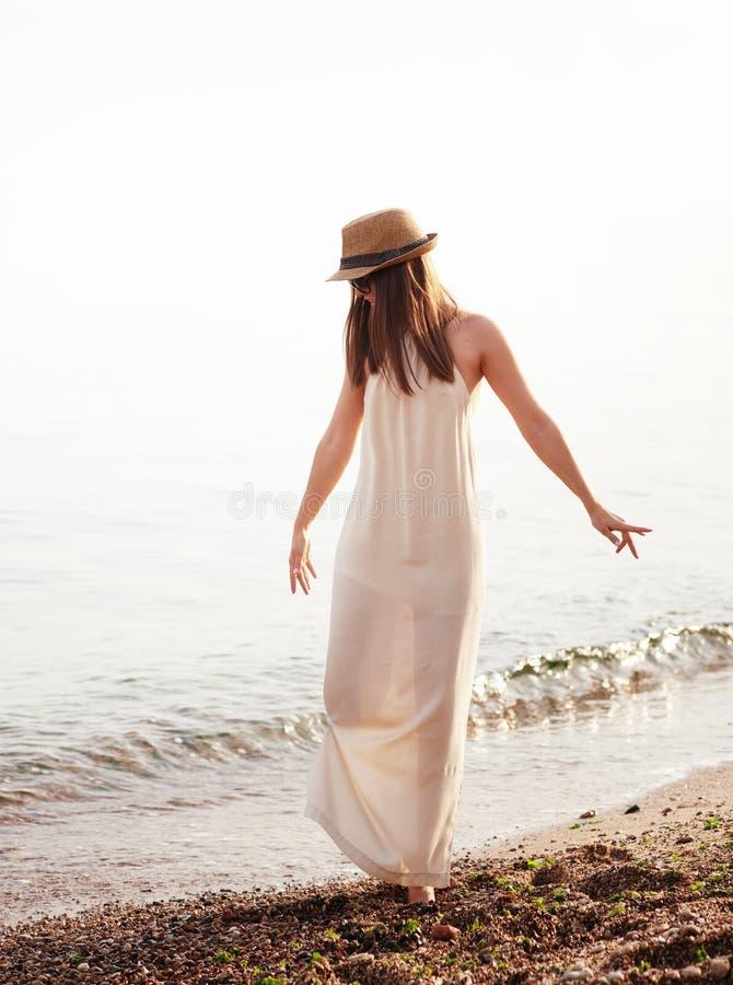Glückliches Hippie-Mädchen, das auf einen Strand geht lizenzfreie stockfotografie