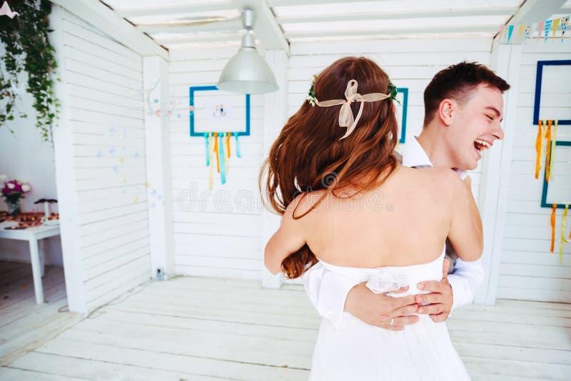 Glückliches Hochzeitspaartanzen stockbild