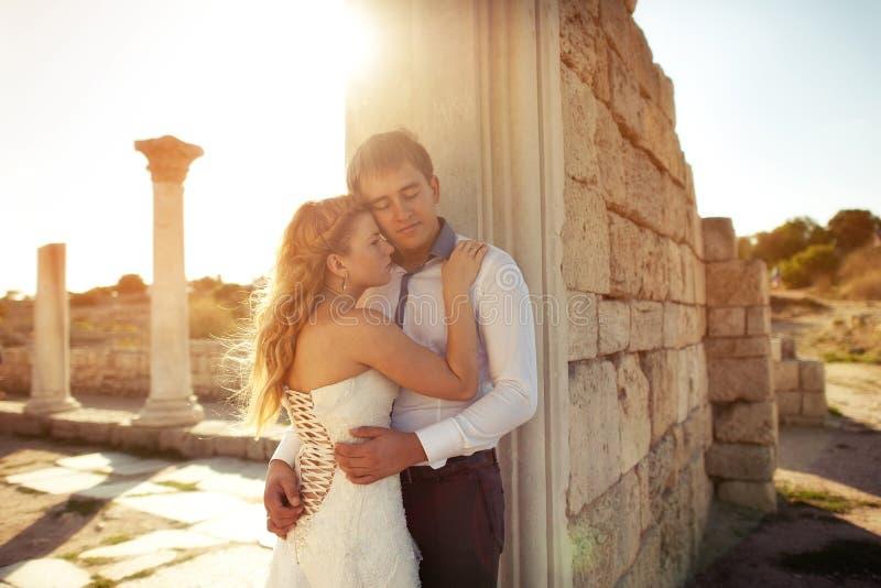 Glückliches Hochzeitspaartanzen in der Straße in der alten Stadt lizenzfreies stockbild
