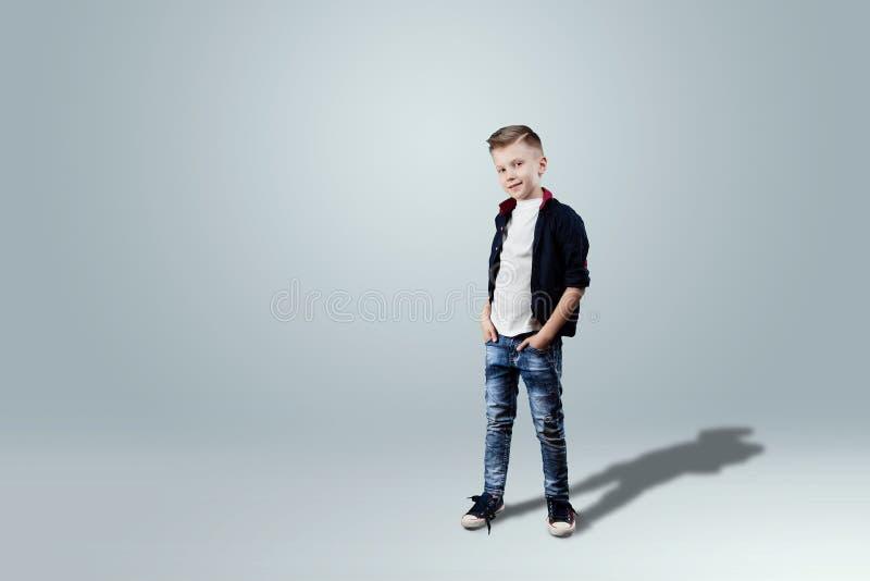 Glückliches jugendlich Jungenstudioporträt auf weißem Hintergrund lizenzfreies stockbild