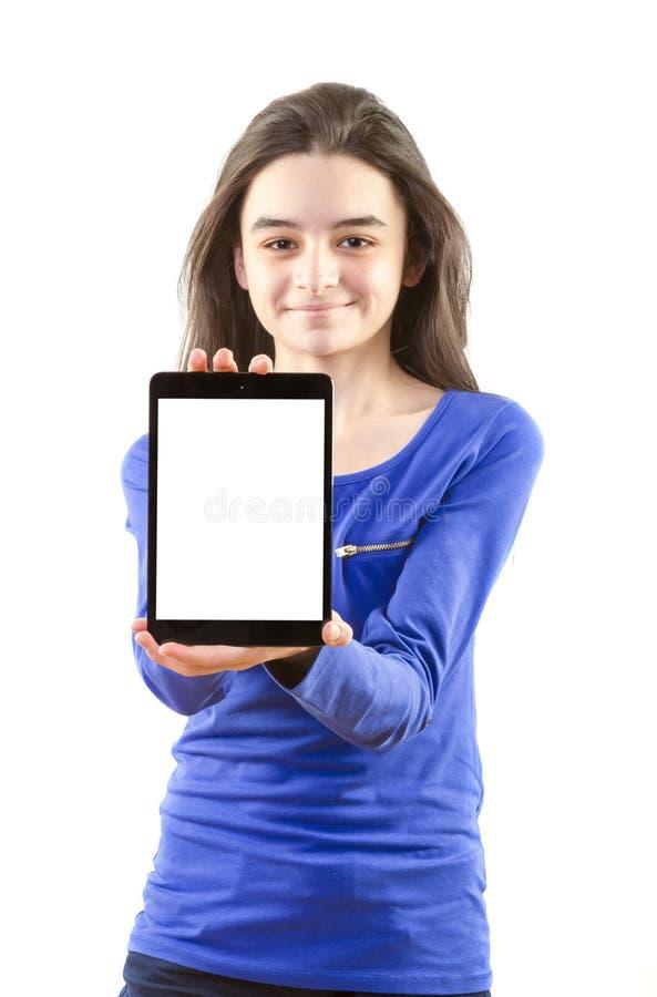 Glückliches jugendlich Mädchen zeigt digitale Tablette lizenzfreie stockfotos
