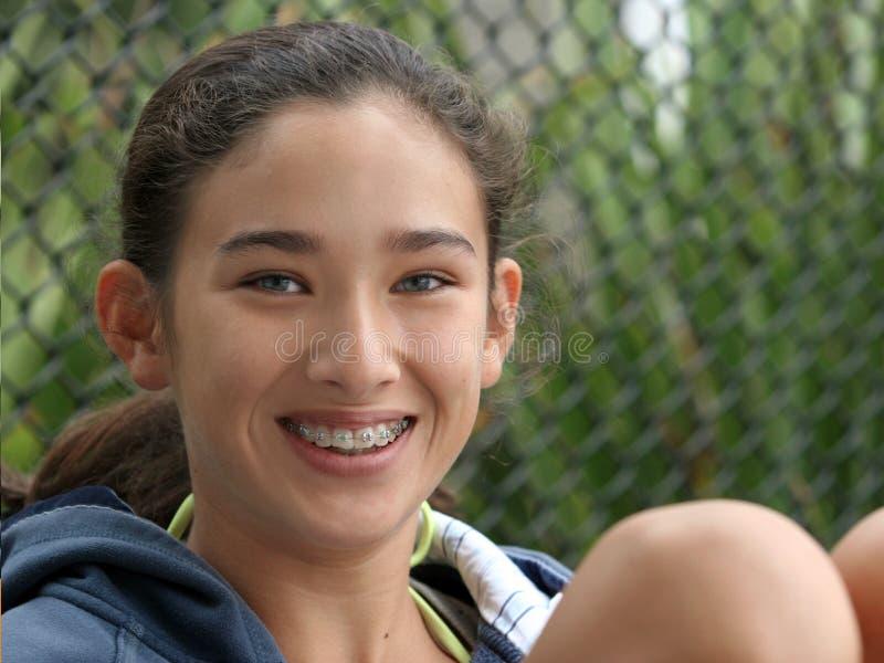 Glückliches jugendlich Mädchenlächeln lizenzfreie stockbilder