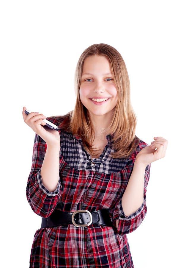 Glückliches jugendlich Mädchenlachen und Gebrauchshandy lizenzfreie stockfotos
