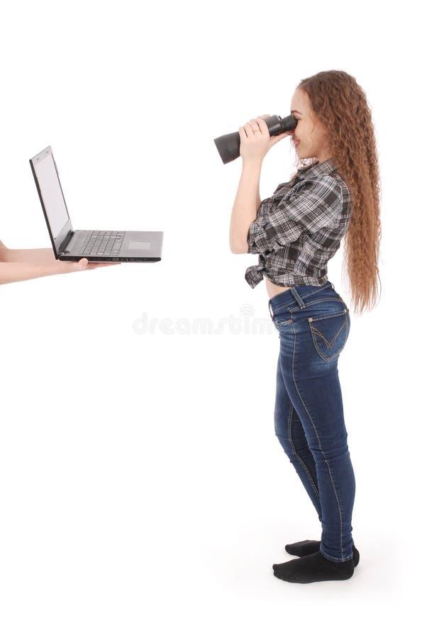 Glückliches jugendlich Schulmädchen, welches die Ferngläser betrachten Laptopschirm verwendet stockfotografie