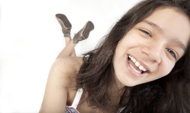 Glückliches Jugendlichmädchenlächeln stockbild