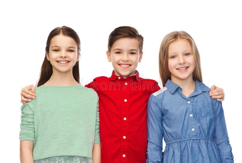 Glückliches Jungen- und Mädchenumarmen stockfotos