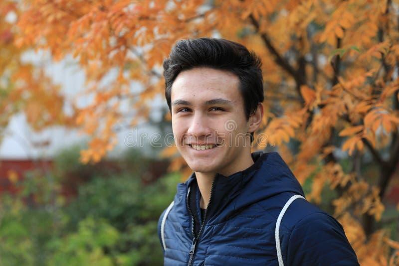Glückliches Jungenfreien im Herbststadtpark lizenzfreies stockbild