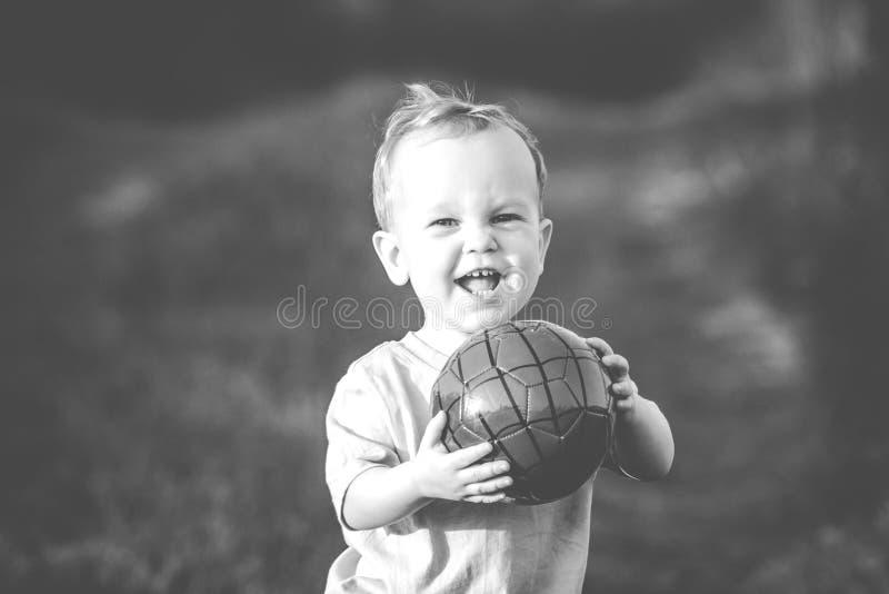 Glückliches Jungenkleinkind mit Ball lizenzfreie stockbilder