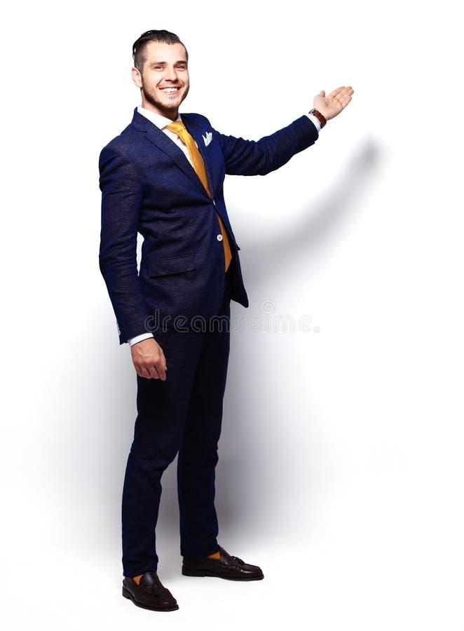 Glückliches junges Geschäftsmann-Presenting Isolated Over-Weiß stockfotografie