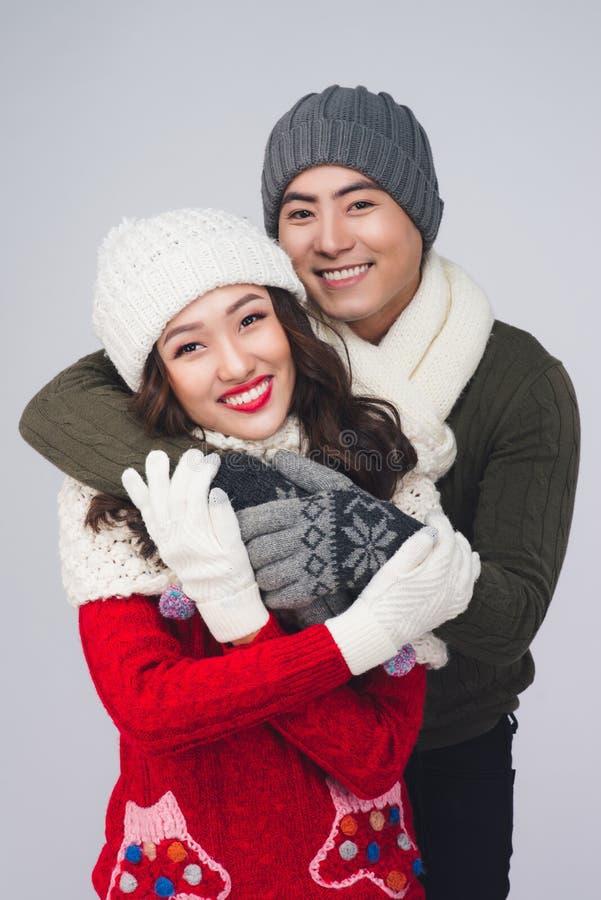Glückliches junges Hippie-Paarumarmen Kalte Jahreszeit Romantische Stimmung lizenzfreie stockfotos