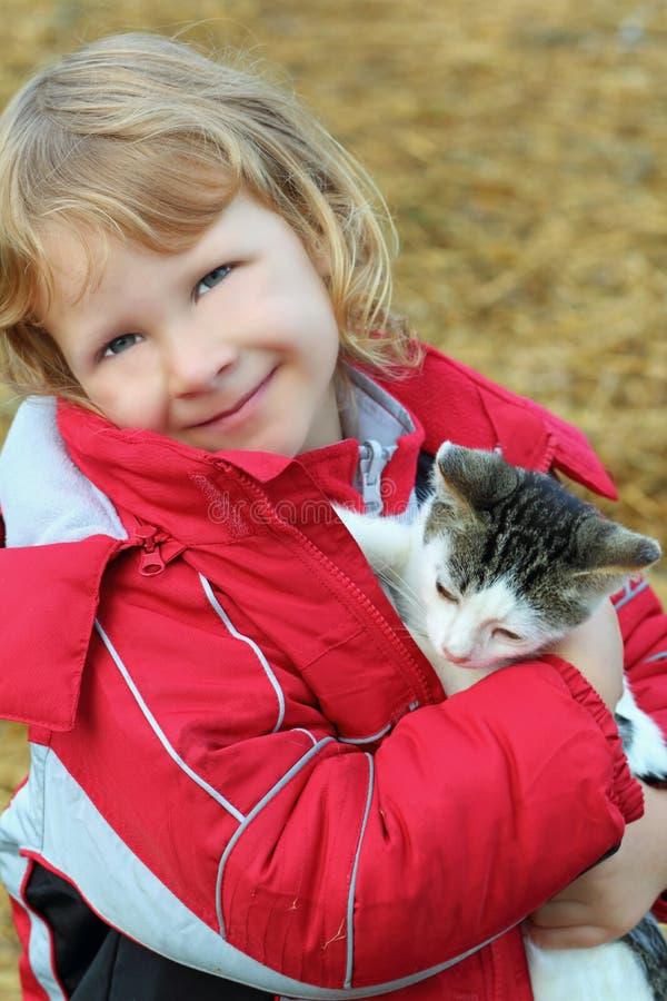 glückliches junges Mädchen, das ein Kätzchen anhält stockbild