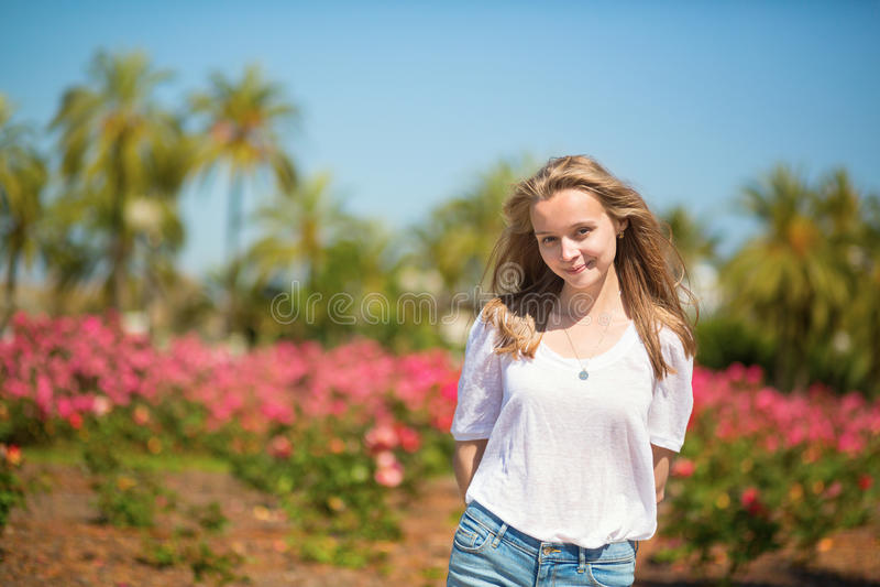 Glückliches junges Mädchen, das ihre Ferien in Cannes genießt lizenzfreies stockbild