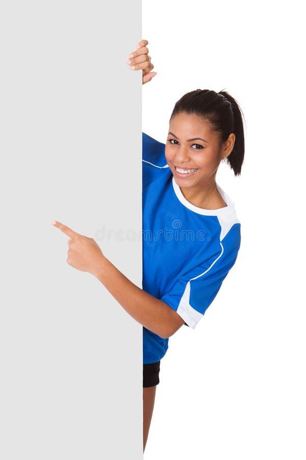 Glückliches junges Mädchen, das Volleyball und Schild anhält lizenzfreie stockfotos