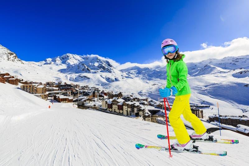 Glückliches junges Mädchen, das Winterurlaub in den Bergen genießt, Val Thorens, 3 Valleys, Frankreich Mit Schnee und Sonne spiel stockbild