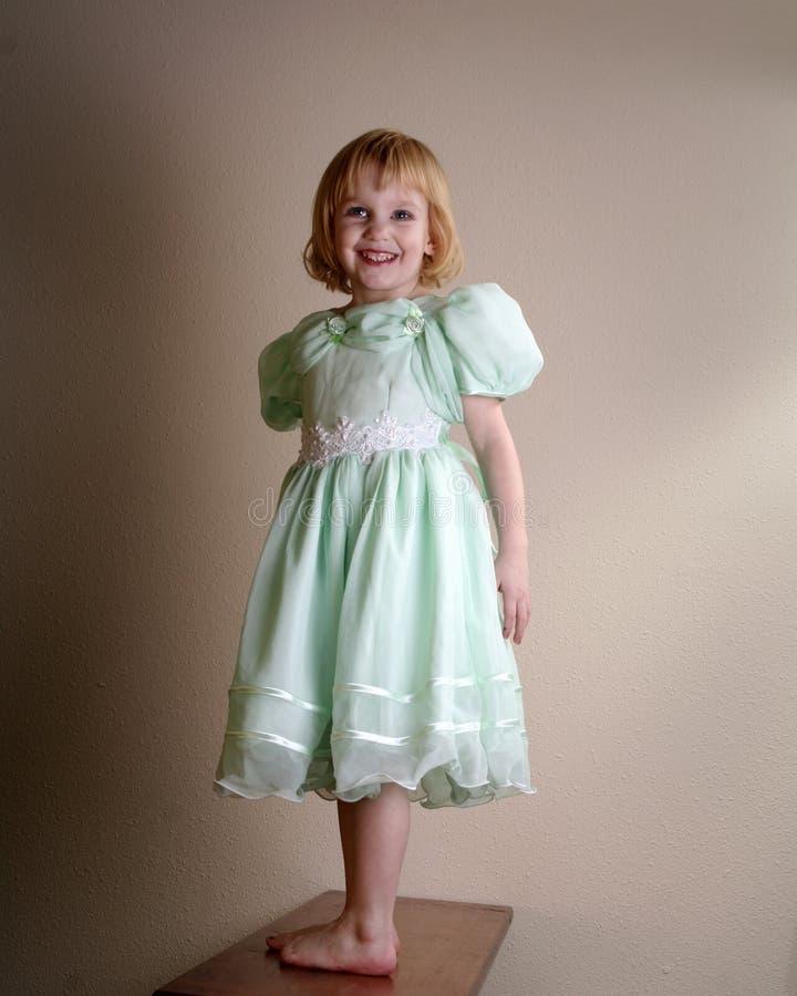 Glückliches junges Mädchen im Kleid stockfotos