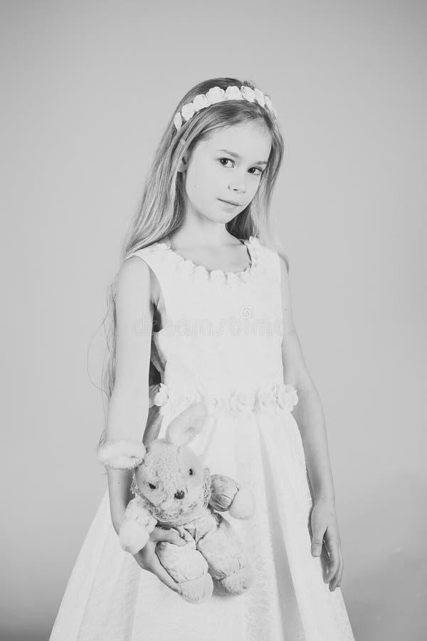 Glückliches junges Mädchen im weißen Kleid mit Hasen spielen stockfotografie