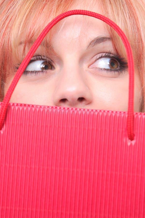 Glückliches junges Mädchen mit farbigen Beuteln stockfotos