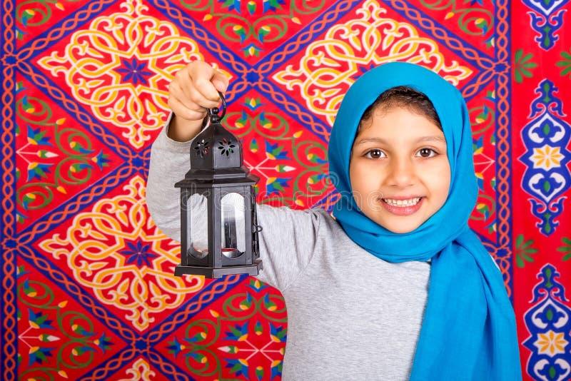 Glückliches junges moslemisches Mädchen, das Ramadan feiert stockfotografie