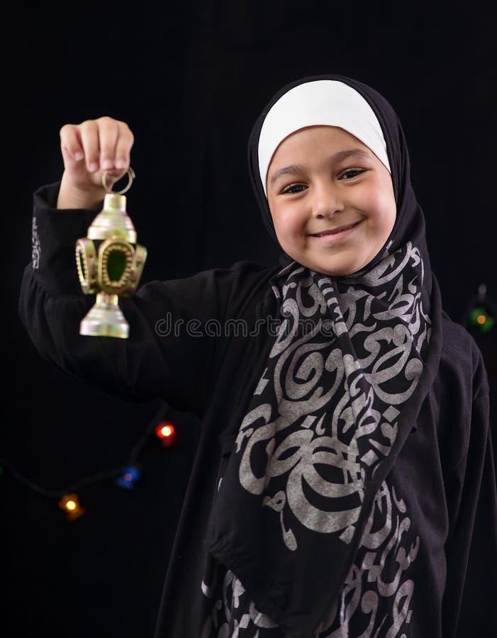 Glückliches junges moslemisches Mädchen mit Ramadan Lantern stockbild