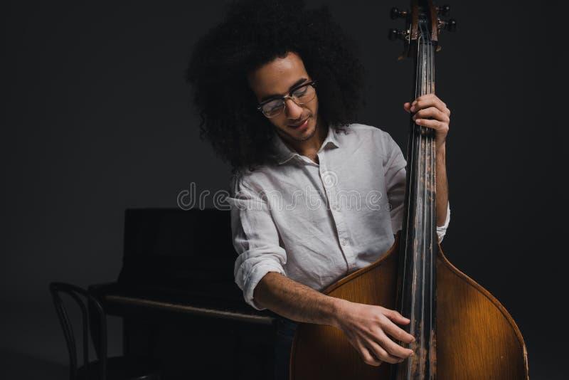 glückliches junges Musikerspielen stockbilder