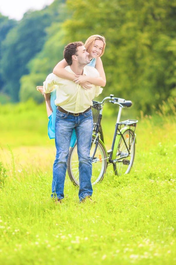 Glückliches Junges Paar-Doppelpol, Das Spaß Draußen Hat Stockbild ...