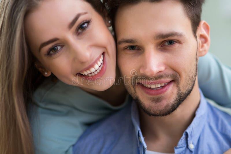 Glückliches junges Paarlächeln stockbilder
