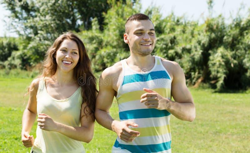 Glückliches junges Paarlaufen im Freien lizenzfreies stockbild