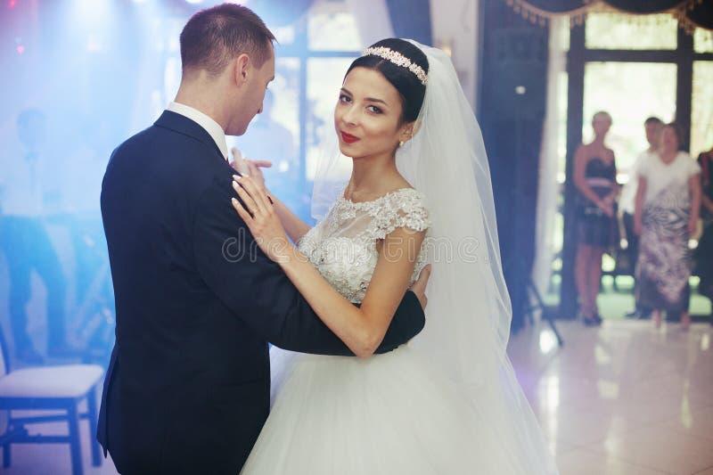 Glückliches Jungvermähltenpaartanzen an der Hochzeit lizenzfreie stockbilder
