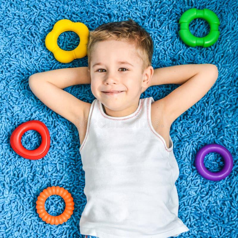 Glückliches Kind auf Boden im Wohnzimmer zu Hause lizenzfreies stockfoto