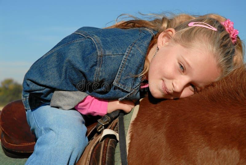 Glückliches Kind auf Pony stockfotos