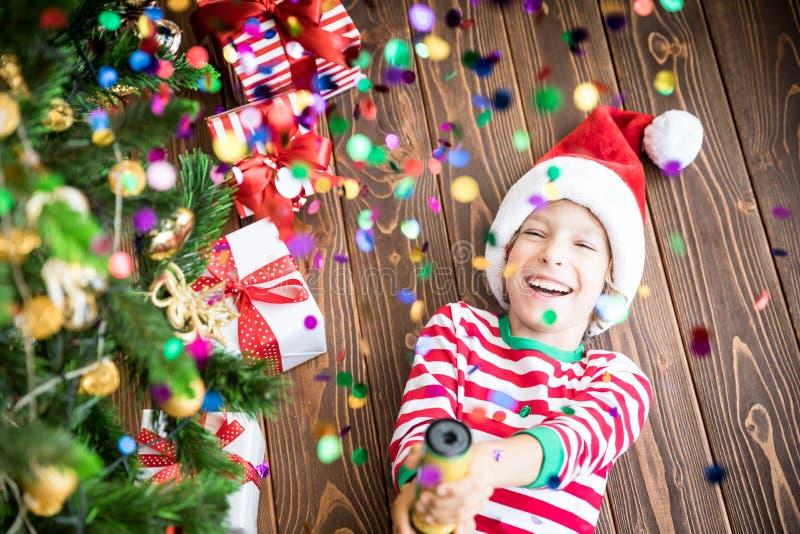 Glückliches Kind auf Weihnachtsabend stockfotografie