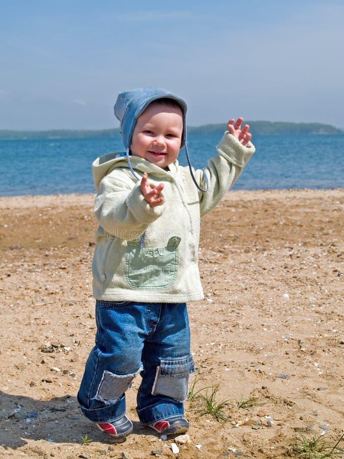Glückliches Kind, das auf den Strand geht stockbilder