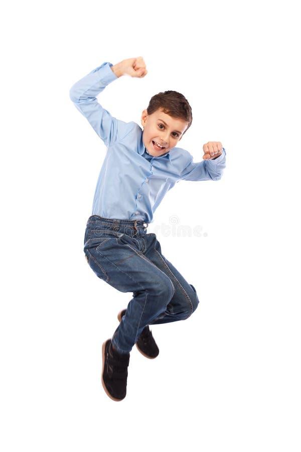 Glückliches Kind, das für Freude springt lizenzfreie stockfotografie