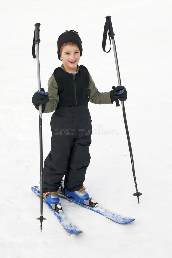 Glückliches Kind, das lernt Ski zu fahren lizenzfreie stockfotos