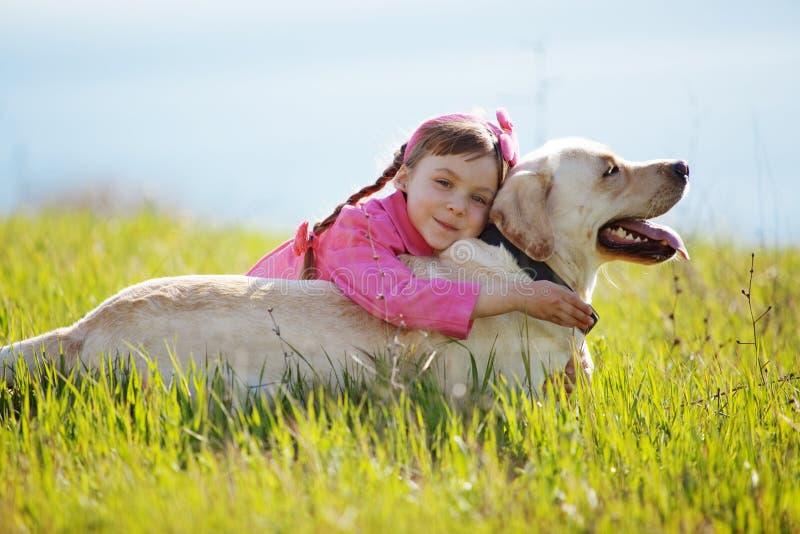 Glückliches Kind, das mit Hund spielt lizenzfreie stockfotografie