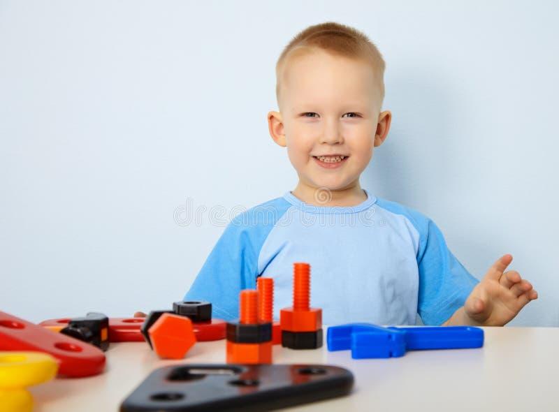 Glückliches Kind, das mit Spielwaren spielt stockfoto