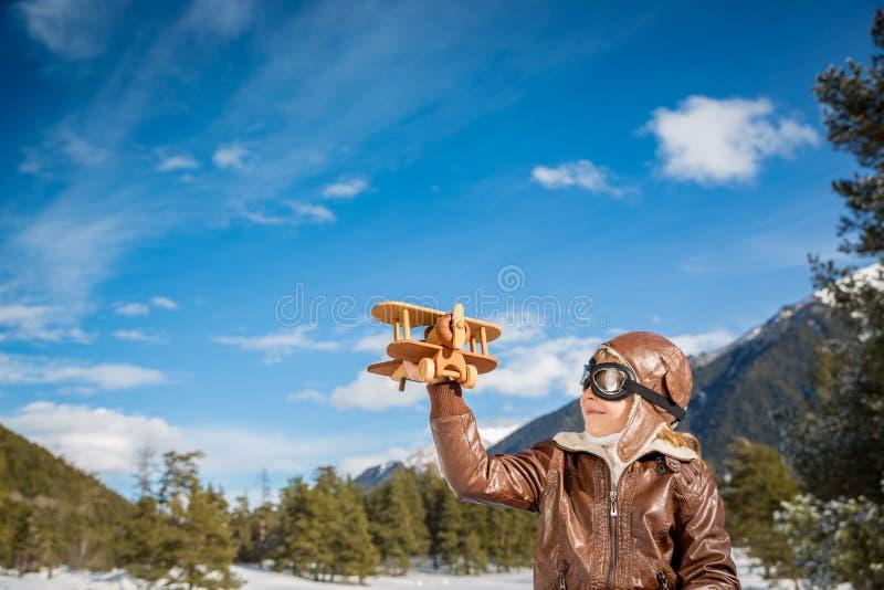 Glückliches Kind, das mit Spielzeugflugzeug spielt lizenzfreie stockfotos