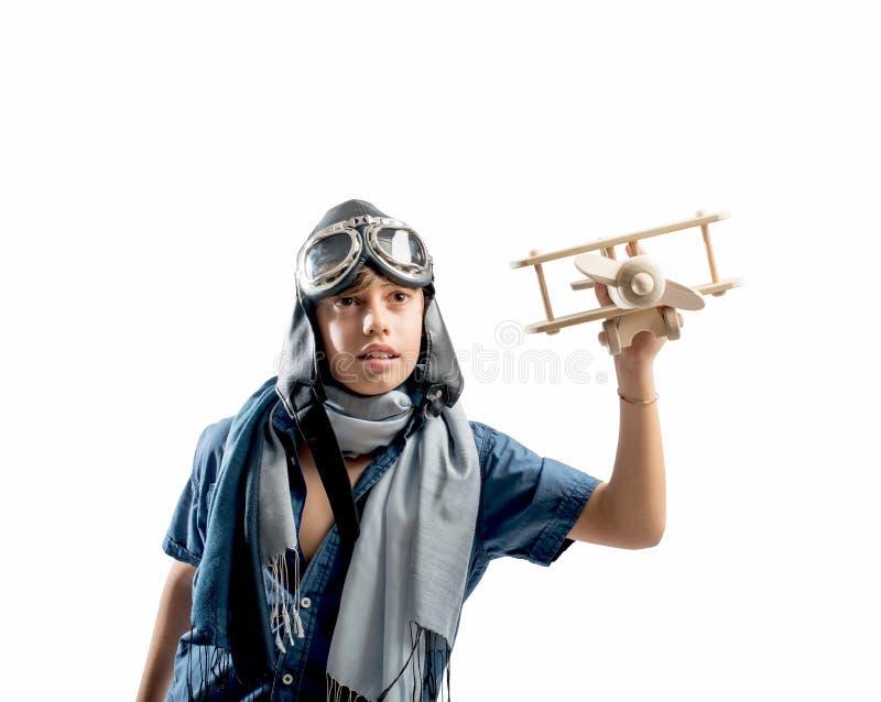 Glückliches Kind, das mit Spielzeugflugzeug spielt stockfotografie