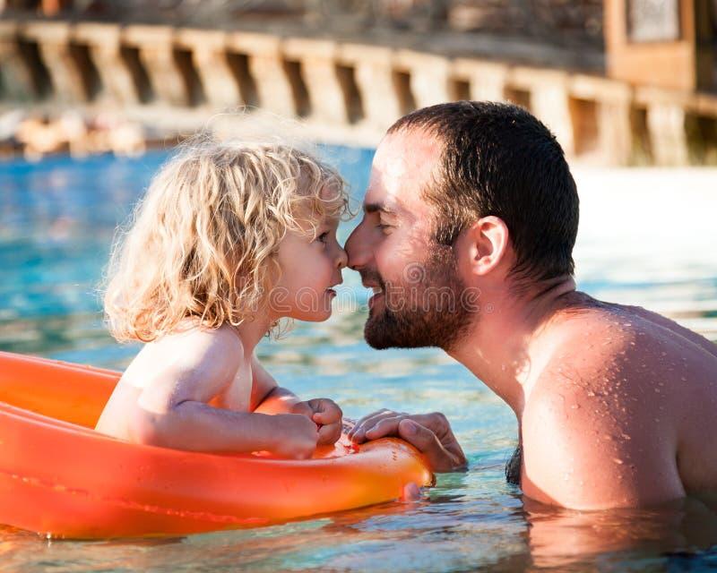 Glückliches Kind, das mit Vater spielt lizenzfreies stockfoto